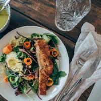Helppoa arkiruokaa: Lohisalaatti wasabikastikkeella